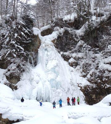 【完売御礼!】七滝氷瀑を見に行こう!! スノーシュー&ランチ+温泉 1dayツアー